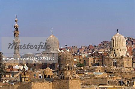 Voir toute la nécropole qui s'étendre de la ville de la mort, aussi connu sous le nom du cimetière de l'est, le Caire, Egypte