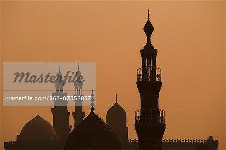Les minarets de la mosquée de Sultan Hassan splendide silhouetté au coucher du soleil, le Caire, Egypte