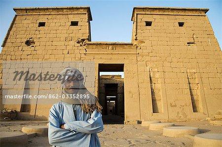 Un gardien du temple se tient devant le Temple de Khonsou, au Temple de Karnak, Louxor, Égypte