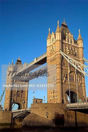 Tower Bridge à l'aube. Construction du pont a commencé en 1886 et a duré 8 ans. La travée centrale peut être déclenchée pour permettre aux navires de voyager vers l'amont. Le pont se trouve à proximité de la tour de Londres, qui lui donne son nom. Il est souvent confondu avec le pont de Londres, le prochain pont en amont.