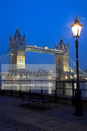 Tower Bridge de nuit. Construction du pont a commencé en 1886 et a duré 8 ans. La travée centrale peut être déclenchée pour permettre aux navires de voyager vers l'amont. Le pont se trouve à proximité de la tour de Londres, qui lui donne son nom. Il est souvent confondu avec le pont de Londres, le prochain pont en amont.
