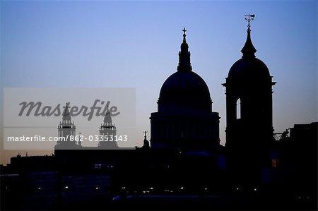 Silhouette de St Pauls Cathedral et une tour de la station de la rue de Canon contre le ciel du soir.