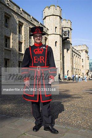 Un beafeeter en tenue traditionnelle à l'extérieur de la tour de Londres.