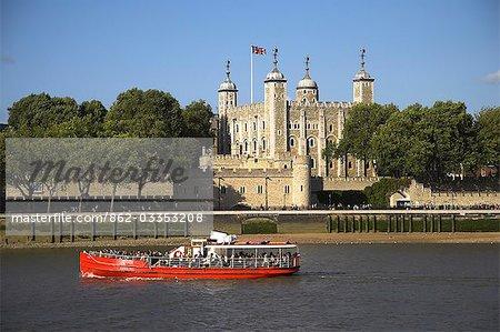 Un bateau d'excursion sur la rivière Thames passe la tour de Londres. L'entrée originale Gate du traître peut être vu sur la ligne de flottaison.