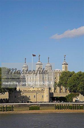 La tour blanche à la tour de Londres. L'entrée originale Gate du traître peut être vu sur la ligne de flottaison.