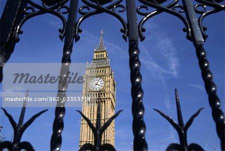 Tour de l'horloge célèbre de Londres, Big Ben, est encadrée par les portes du Palais de Westminster. Nom de Big Ben en fait vient de la cloche de 13 tonnes suspendue à l'intérieur de la tour et nommé d'après son commissaire, Benjamin Hall