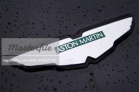 Logo sur le capot de la voiture de luxe Aston Martin