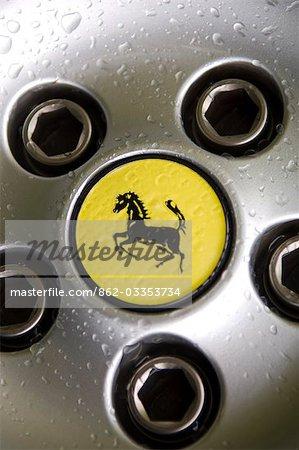 Logo Ferrari sur la roue de la voiture de sport
