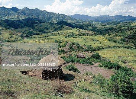 Paysage entre Desse et Bati dans la Province de Welo du Nord de l'Éthiopie avec une maison au toit de chaume inachevée au premier plan. Pots d'argile tournée vers le haut sont souvent placés au-dessus des pôles centre proéminent des maisons pour empêcher la pluie en..
