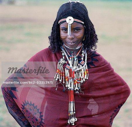 Une fille de loin avec des cheveux tressé a scarification très visible sur les joues. La scarification est pratiquée dans seulement quelques sections de sa tribu. Fier et farouchement indépendant, peuple nomade Afar vivre dans les déserts de basse altitude de l'Éthiopie.