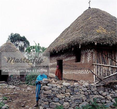 Une maison au toit de chaume traditionnelle joliment décorée appartenance à une communauté chrétienne orthodoxe dans les hauts plateaux éthiopiens, au nord-est d'Addis-Abeba. La plupart des gens Amhara vivent sur les hauts plateaux éthiopiens adhèrent à la foi orthodoxe éthiopienne. L'Ethiopie est nation chrétienne plus ancienne de l'Afrique.