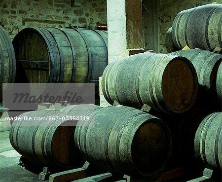 Tonneaux de vin dans une cave souterraine à Bodega Real Divisa producteur dans le village de Abalos. Il s'agit d'un des plus anciens vignobles en Espagne datant du XIVe siècle.