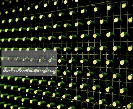 Bouteilles de vin de la Rioja sont stockés dans les immenses grilles à Ysios winery. Cette cave de vinification moderne, presque futuriste a été conçu par Santiago Calatrava, architecte de renommée mondiale