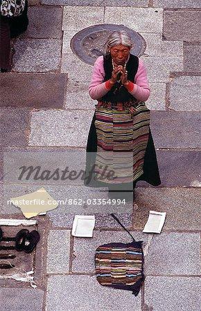 Temple de Jokhang, place du Barkhor - situé au coeur de la vieille ville de Lhassa et le premier construit au VIIe siècle, le Jokhang Temple plus sacré du Tibet. Pèlerins se prosternent encore tous les jours devant l'entrée principale, dont les dalles ont au fil des siècles, été usé lisse