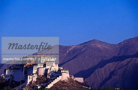 Palais du Potala du Tibet, Lhassa. Situé sur la colline rouge à Lhassa, le palais du Potala est 3 700 mètres au-dessus du niveau de la mer et couvre une superficie de plus de 360 000 mètres carrés, mesure 360 mètres d'est en ouest et 270 mètres du Sud vers le Nord. Le palais a 13 étages et 117 mètres d'altitude. Il symbolise le bouddhisme tibétain et son rôle central dans l'administration traditionnelle du Tibet.