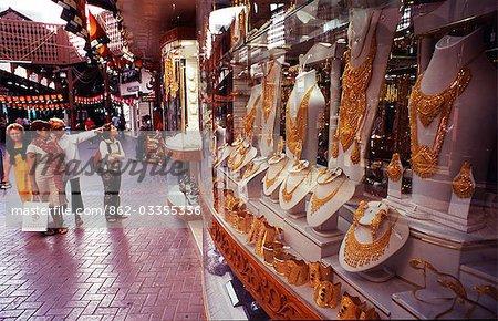 Viele Touristen in Dubai nutzen ihre Vielzahl von Goldschmuck an der Gold Souq.