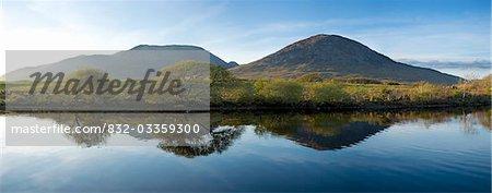 Maumturks, Co. Galway, Irland; Berge im Wasser reflektiert