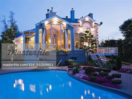 Grosses Haus mit Schwimmbad