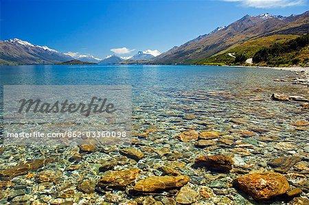 Nouvelle-Zélande, île du Sud. Eaux claires du lac Wakatipu, près de Queenstown.