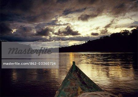 Coucher de soleil sur un méandre du fleuve Manu supérieur. Les rivières sont les routes de l'Amazonie. Écotouristes circonscription de retour de la faune de la journée je regarde sont récompensés par la vue d'un ciel tropical réfléchie sur la surface.