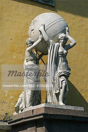 Russie, Saint-Pétersbourg. Statue sur la construction de l'Amirauté.