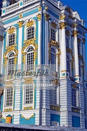 Russland, St. Petersburg, Zarskoje Selo (Puschkin). Katharinenpalast wurde im Auftrag der Kaiserin Elizabeth von dem italienischen Architekten Rastrelli erbaut und wurde 1756 endlich fertig. Während der Herrschaft von Katharina der großen wurde das Innere von einem Flügel des schottischen Architekten Charles Cameron neu gestaltet, die auch mehrere zusätzliche Gebäude im umfangreichen Park gebaut.