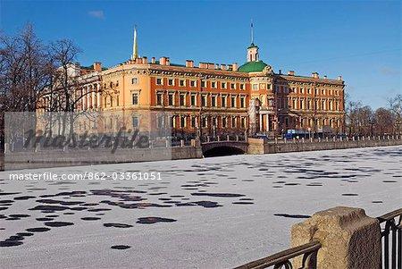 Russland, St. Petersburg. Mikhailovsky (St. Michael)-Burg - als ein Ort der Zuflucht und Sicherheit für Kaiser Paul 1 erbaut und umgeben von Wasser als Schutzmaßnahme ironisch es war hier, die er 1801 durch eine Gruppe von Offizieren in seinem Schlafzimmer ermordet wurde. Heute ist sie Teil des staatlichen russischen Museums.