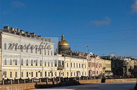 La Russie ; Saint-Pétersbourg ; Canal Moïka. Vue sur le Canal de la Moïka. Le dôme de la cathédrale Saint-Isaac visible au-dessus des maisons.