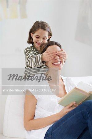 jeune femme et petite fille s'amusant