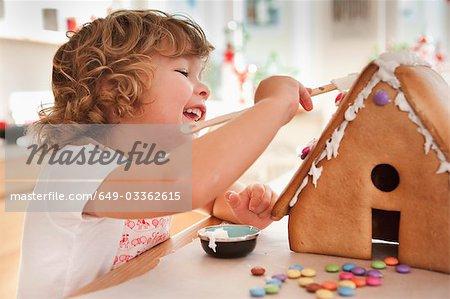 Junge Backen Kuchen Haus