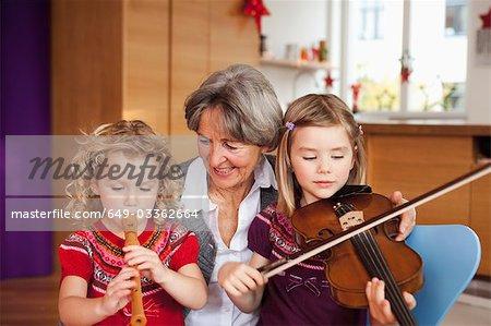 grand-mère enseignement petits-enfants de la musique