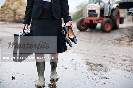 femme d'affaires qui arrivent à la ferme