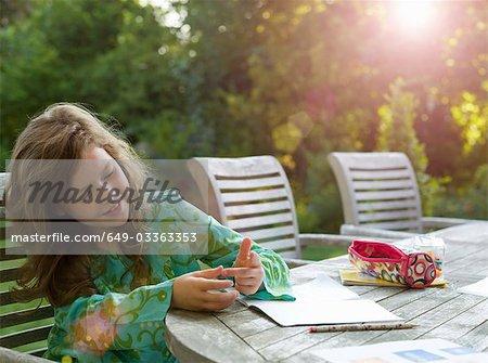 Junges Mädchen ständig auf die Finger im Garten