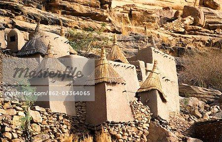 Structure de grenier et maison dans le Village Dogon au pied du plateau de Bandiagara, désigné patrimoine mondial de l'UNESCO en 1989
