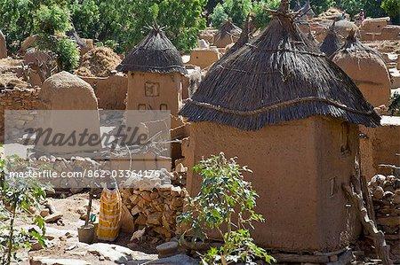 Mali, pays Dogon. Un joli village Dogon au sommet de l'escarpement de Bandiagara. Habitations ont des toits plats alors que les greniers carrés ont planté des toits de chaume.