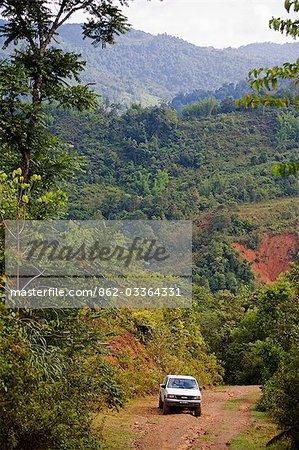 Journalisation des routes et ski de fond dans la gamme de Crocker, Sabah, Borneo