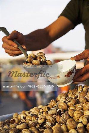 Escargots à la vente à l'un des nombreux stands de nourriture qui remplissent les Djemma el Fna dans la soirée.