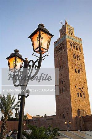 70 M de haut minaret de la Koutoubia domine les toits de Marrakech. Construit au XIIe siècle par Marie el-Mansour.