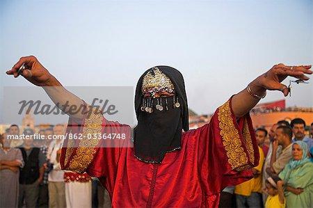 Un danseur travesti traditionnel s'effectue dans la Djemaa el Fna, Marrakech.