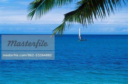 Un boutre de pêche navigue passé Benguerra Island.