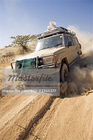 La Namibie, du Damaraland. L'environnement désertique et le manque de routes pavées dans beaucoup la région intérieure signifie que la plupart de voyage est de quatre véhicules de disque de roue.