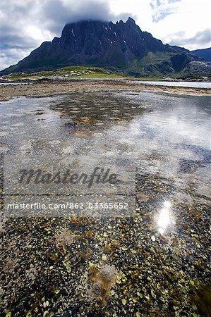 Norvège, Nordland, Helgeland. La côte de la Norvège est en pointillé avec nombreuses îles isolées, dominés par les pics