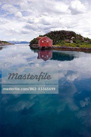 Norvège, Nordland, Helgeland, île de Rodoy. Le port côtier traditionnel de Selsoyvik sur l'île de Rodoy.