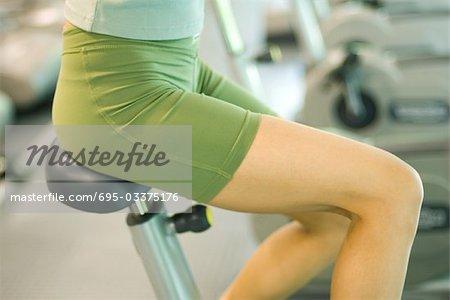 Femme vélo d'exercice, close-up, recadrée vue