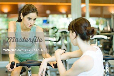 Vélo d'équitation femme, parlant à la deuxième femme
