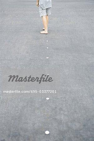 Entlang der Linie von Kieselsteinen, Kind beschnitten Rückansicht