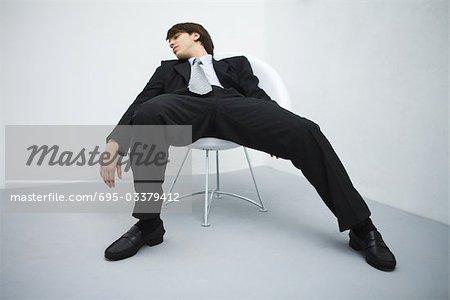 Junge Unternehmer im Stuhl, geschlossenen Augen relaxen