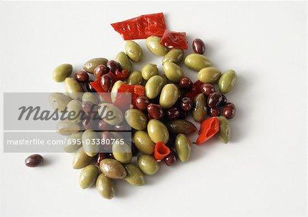 Tas de fond épicé olives vertes et noires, blanches