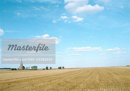 France, Picardie, sur le terrain avec des arbres et l'église à distance