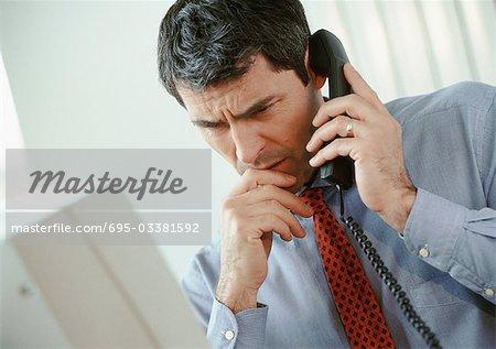 Kaufmann sprechen am Telefon, Furchung Stirn